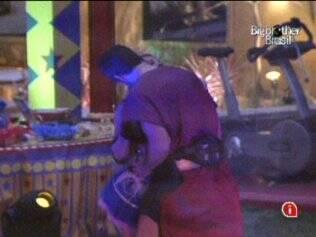 Rodrigão beija pescoço de Adriana