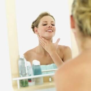 Aplique o cosmético em movimentos circulares e sempre de baixo para cima