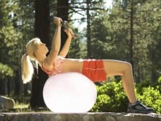 Crucifixo: se você já faz exercícios, pode usar uma bola de apoio. Senão, prefira superfícies mais estáveis como um banco