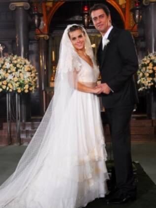 """A personagem de Carolina Dieckmann se casa com vestido criado exclusivamente para a novela """"Passione"""""""