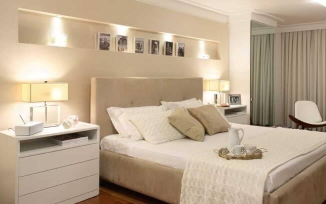 Como o espaço disponível no quarto é amplo, a arquiteta Carla Dichy apostou em móveis largos. O modelo conta com três gavetas