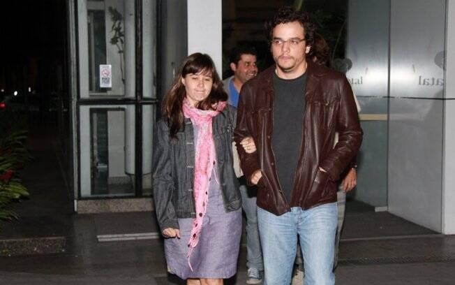 Wagner Moura e a mulher, Sandra Delgado, na saída da maternidade