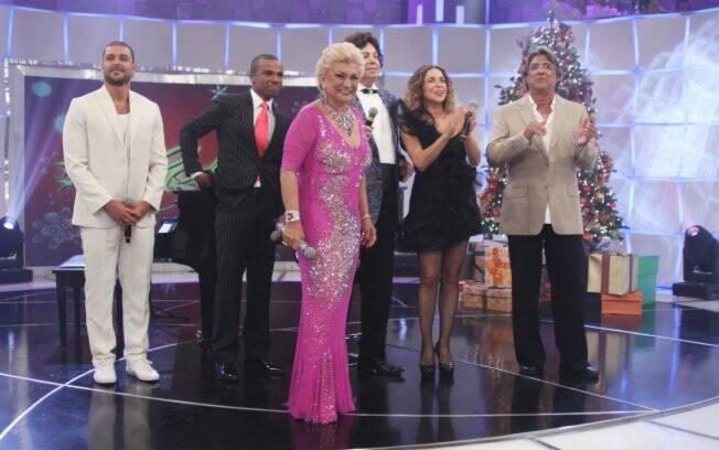 Hebe Camargo recebe no palco os vencedores do Grammy Latino 2010