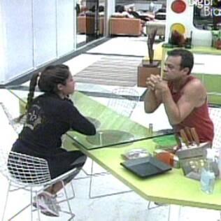 Maria e Daniel conversam na cozinha do Lado A