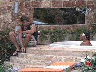 Brothers conversam na jacuzzi
