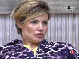 Diana conversa com Janaina na sala da Casa Luxo