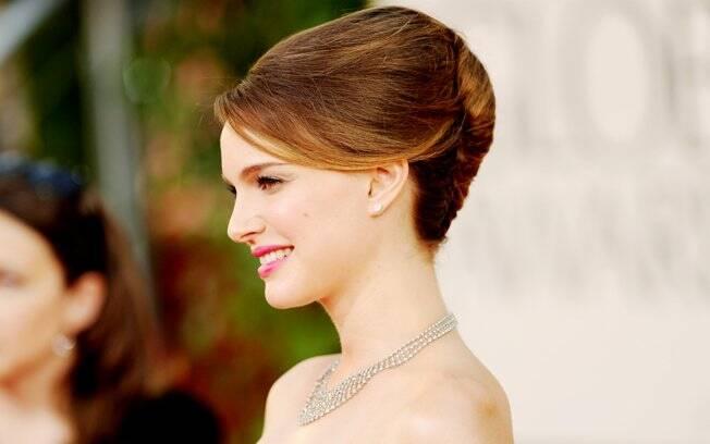 Natalie Portman com colar da Tiffany& Co no Globo de Ouro 2011. Será que a atriz repetirá a grife na cerimônia do Oscar?