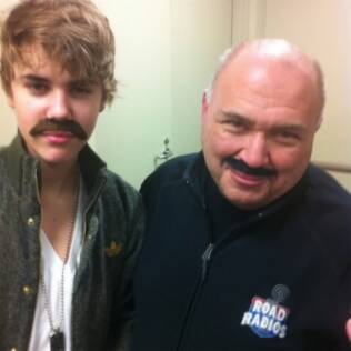 Justin Bieber ao lado de um amigo