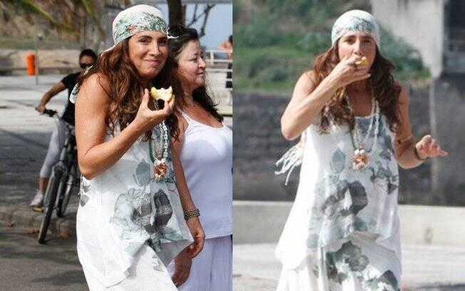 Pausa para um lanchinho: Totia come uma fruta entre uma cena e outra