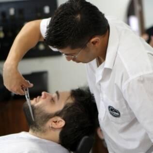 """Com o slogan """"Coisa de Macho"""", Barbearia Clube oferece serviços de beleza para homens"""