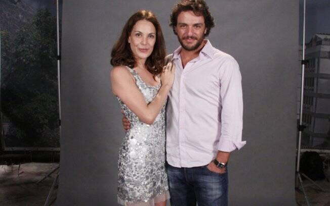 Carolina Ferraz posa com Rodrigo Lombardi, seu par romântico em