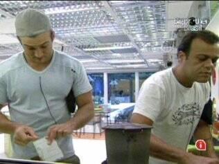 Daniel e Wesley ficam sem ajuda para lavar a louça