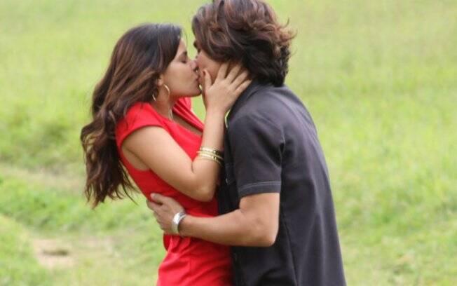 Celeste dá um beijão em Áureo para tentar provocar Abner