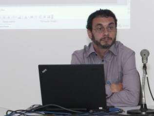 Ronaldo Hallal, infectologista do Ministério da Saúde, explica o coquetel do dia seguinte da aids