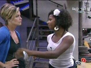 Janaina e Diana criticam postura de Paula na noite anterior