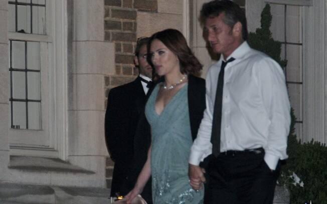 Sean Penn emprestou o casaco para a namorada, Scarlett Johansson