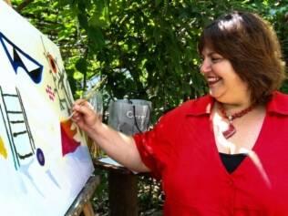Érica Priscila Coronato, de 39 anos, durante oficina de pintura, no Parque Ibirapuera