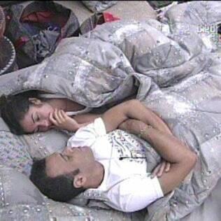 Daniel e Maria conversam no quarto do Lado B