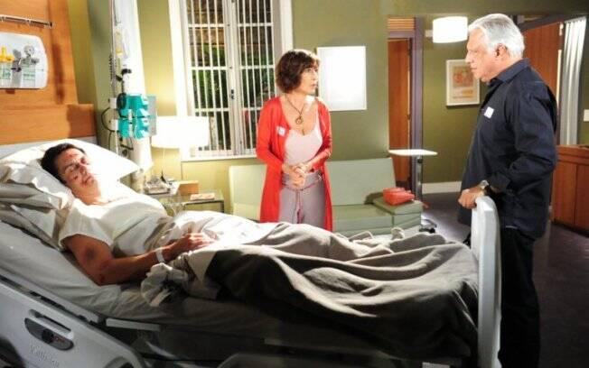 Léo vai parar no hospital, e é assistido por seus pais, Wanda e Raul