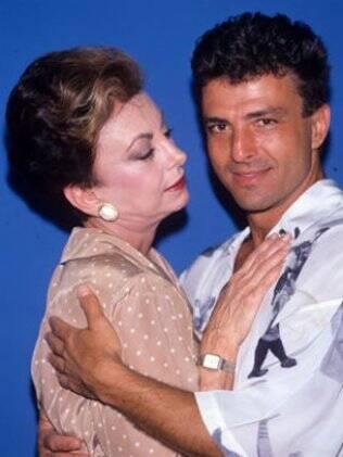Odete Roitman (Beatriz Segall) rende-se ao charme de César Ribeiro (Carlos Alberto Riccelli) em
