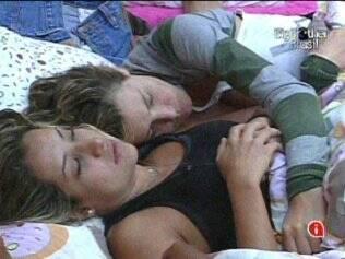 As sisters conversam deitadas na cama