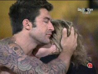 Cris e Paulinha se abraçam e choram