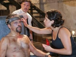 Maquiadora do SBT reproduz ferimentos de ator Marcos Breda, que revive um militante