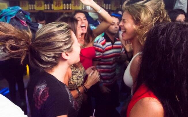 Luana Piovani curte festa na Boate Taj Lounge, no Rio de Janeiro, na companhia dos amigos