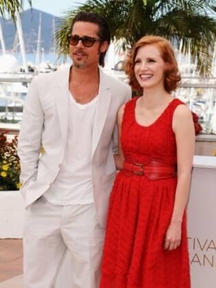 Brad Pitt ao lado da atriz Jessica Chastain durante premiere de