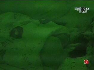 Natália e Cristiano dormem abraços no quarto Jujuba