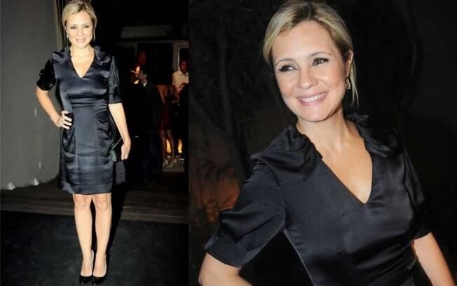 A atriz Adriana Esteves escolheu um vestido preto e sapatos escarpin para ir à festa