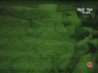 No Quarto do Líder, Cristiano e Paulinha dividem a cama de casal com Igor