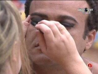 Paulinha pinta os olhos de Daniel