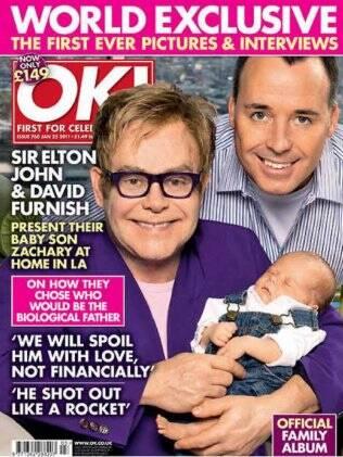 Elton John posa com o companheiro, David Furnish, e o primeiro filho do casal na capa da revista