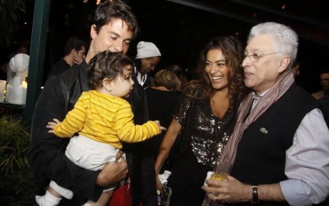 Aniversariante conversa com a família de Juliana Paes