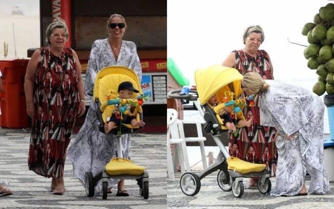 Acompanhada pela mãe, Dona Emma, Adriane Galisteu passeia com o Vittorio