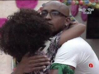 Lucival e Janaina se abraçam antes da eliminação