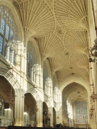Não deixe de reparar nos arcos internos da abadia de Bath