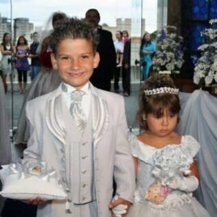 Giulia, aos 3 anos, só entrou na igreja em troca de um saquinho de pipoca, levado junto ao buquê