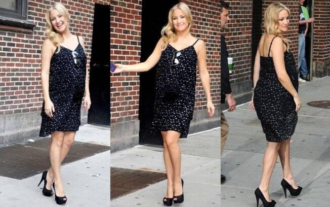 Kate Hudson resolveu combinar seu salto alto com um outro vestido curtinho preto para aparecer no programa de David Letterman, em Nova York