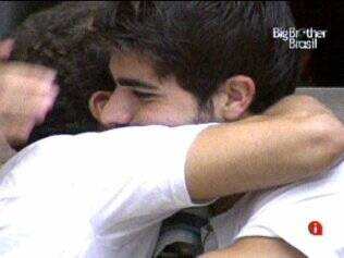 Daniel e Rodrigão se abraçam depois da conversa