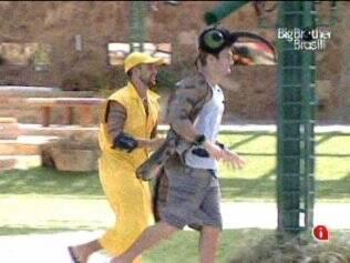 Diogo e Wesley correm pelo jardim