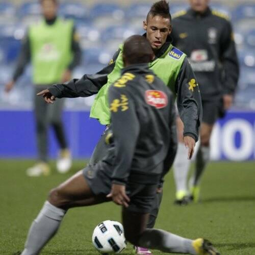Neymar Daniel Alves Confira Os Boleiros Que Entraram: Neymar Estreia Em Londres Com Status De Estrela