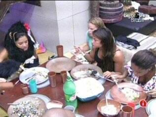 Confinados almoçam juntos no Lado B