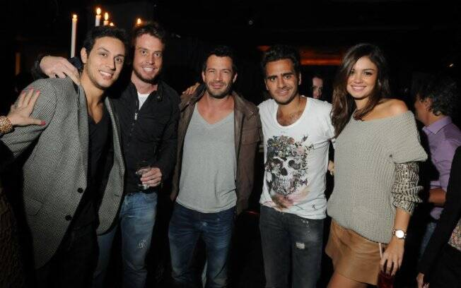 O casal Malvino Salvador e Sophie Charlotte ao lado do aniversariante Sergio K, Thiago Mansur e Rodrigo Dias