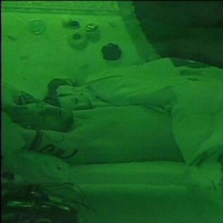 O casal dorme agarradinho no quarto Jujuba