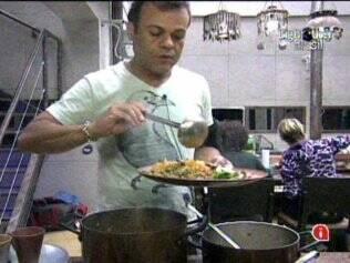 Daniel enche o prato com a comida feita por Diana
