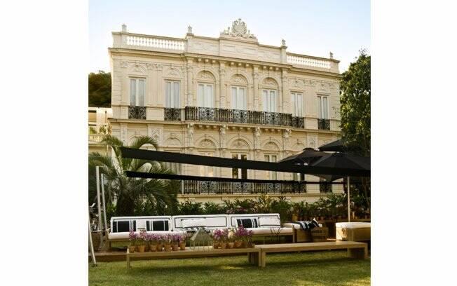 Assinado por Marcia Müller, o Lounge Garden, localizado na parte da frente do palacete, foi inspirado na informalidade sofisticada que caracteriza o Rio