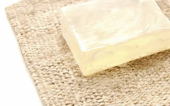 Pano úmido, detergente e álcool são suficientes para limpar qualquer peça em couro