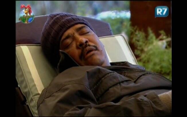 O cantor adormece durante conversa após almoço